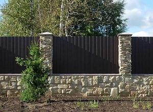 Комбинированный забор из профлиста и камня