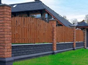 Комбинированный забор из деревянного штакетника и кирпича