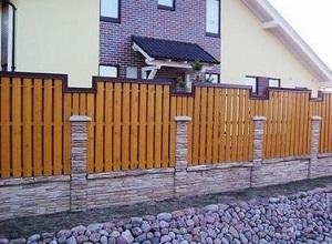 Комбинированный забор из дерева с кирпичными столбами