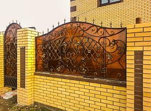 Комбинированный кованый забор с поликарбонатом