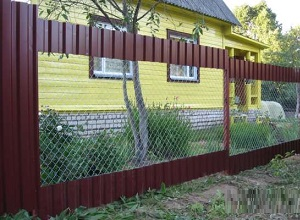 Комбинированный забор из профлиста и сетки рабицы