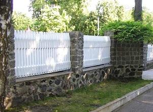 Пластиковый забор с кирпичными столбами