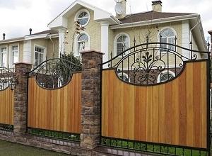 Комбинированный деревянный забор с ковкой